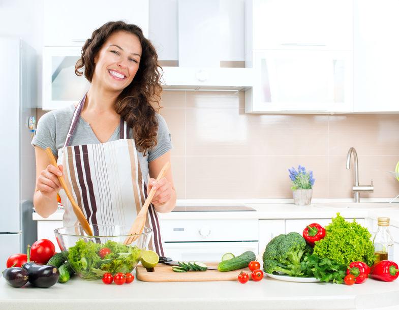 meisje kookt een veganistisch recept