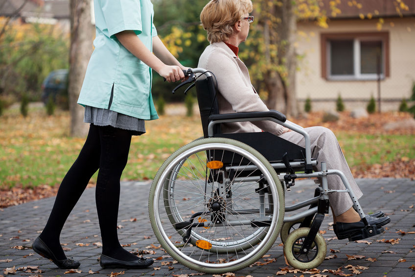 Verzorger en oudere vrouw
