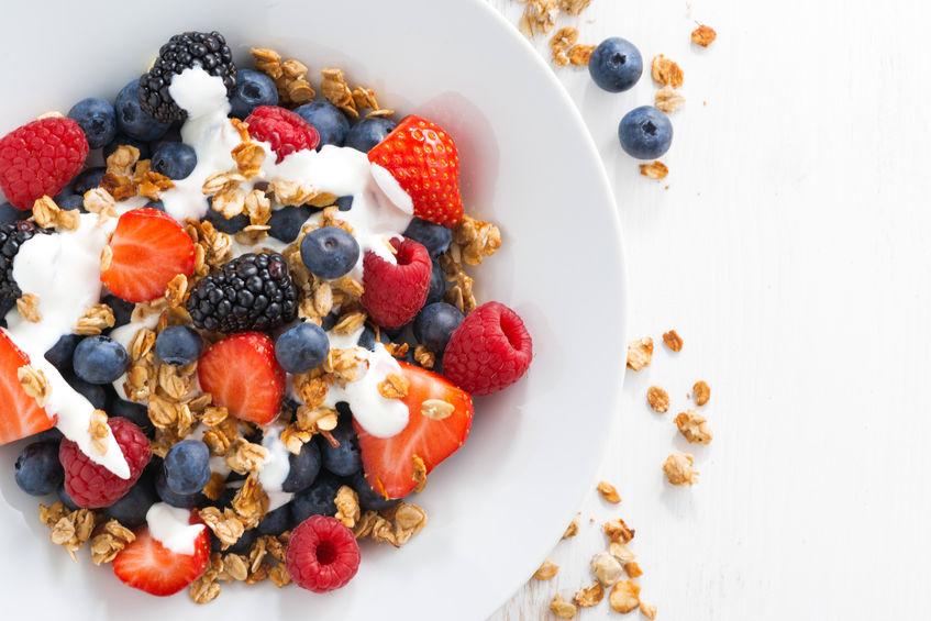 verse bessen, yoghurt en zelfgemaakte muesli als ontbijt, close-
