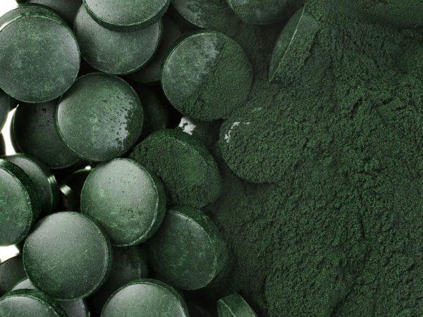 spirulina poeder en tabletten algen voedingssupplement hoop oppervlak