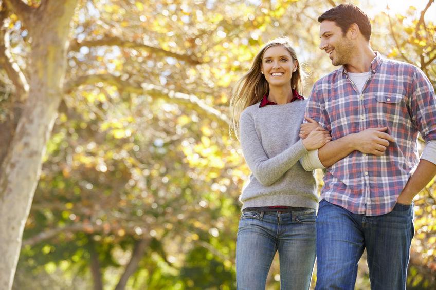 Romantisch Paar dat door Autumn Woodland loopt