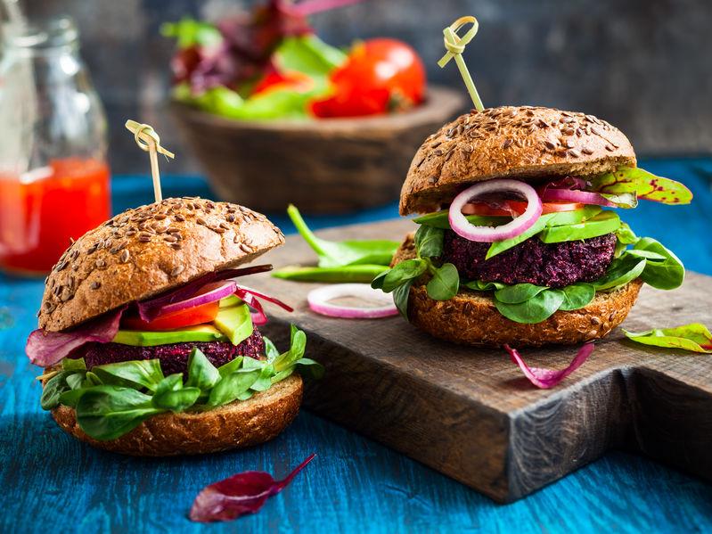 Veggie bieten en quinoa burger met avocado