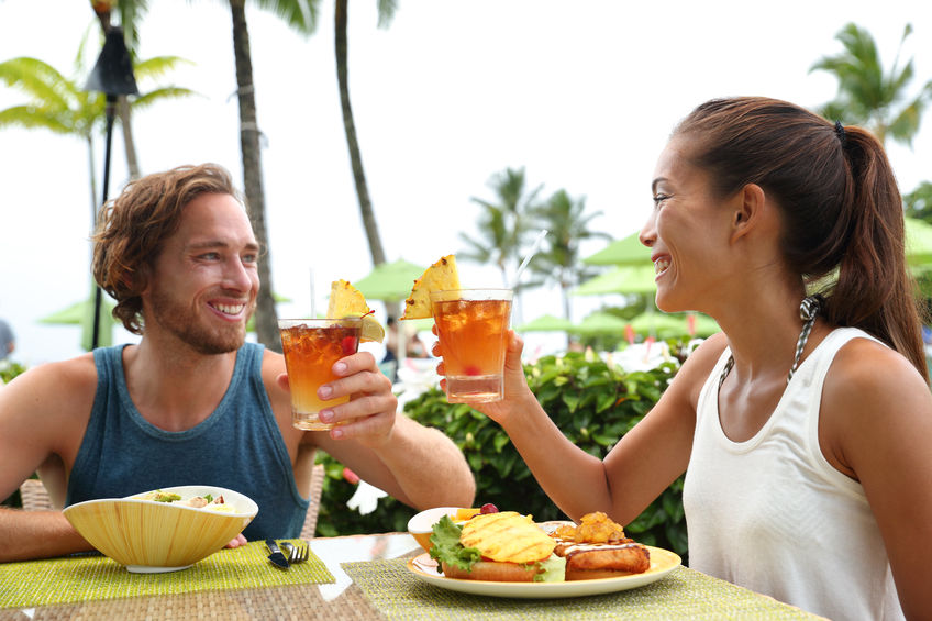 Koppel op zomervakantie roosteren mai tai drankjes