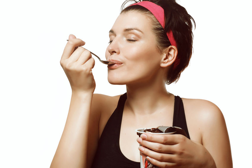 vrouw die een heerlijk ijs met chocolade eet