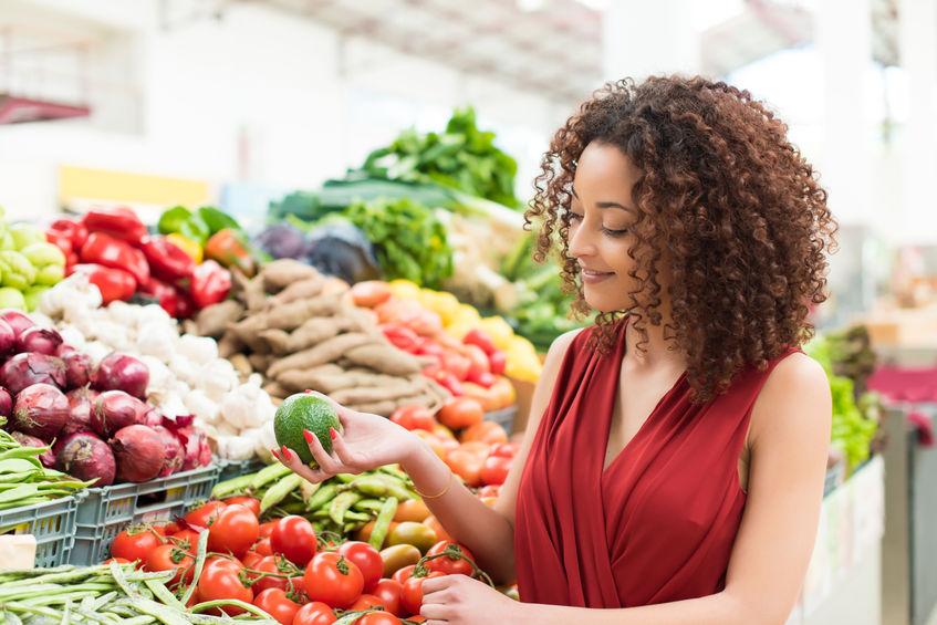 afro vrouw winkelen biologische groenten en fruit