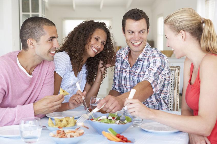 Groep Jonge Vrienden die van Maaltijd samen genieten