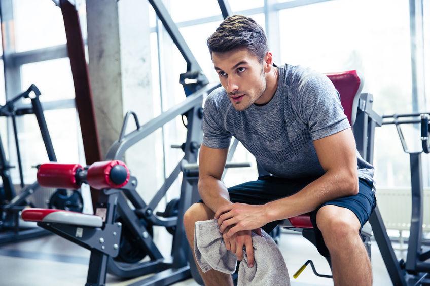Fitness man rust op sportschool