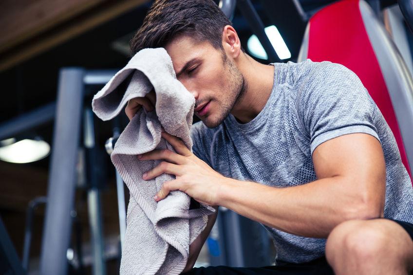 Man zittend op de Bank met handdoek