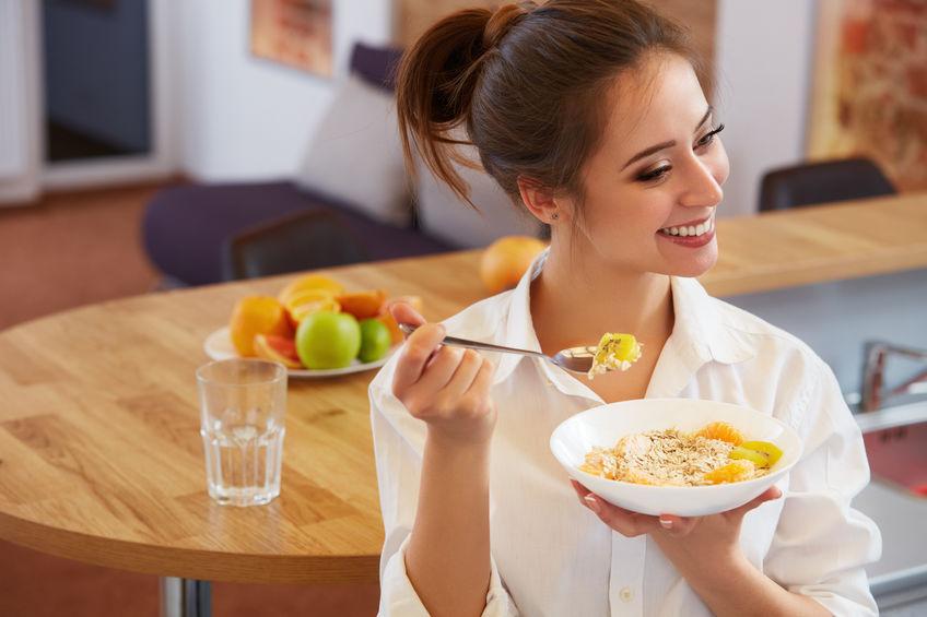 Gelukkige vrouw met gezond ontbijt. Gezond eten