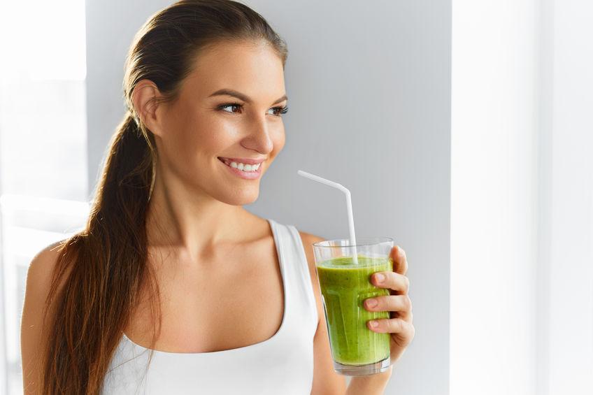 Eetpatroon. Gezond eten vrouw drinken sap. Levensstijl, eten. Nutr