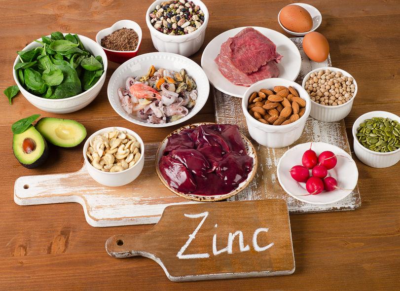 Levensmiddelen met zink mineraal op een houten tafel.