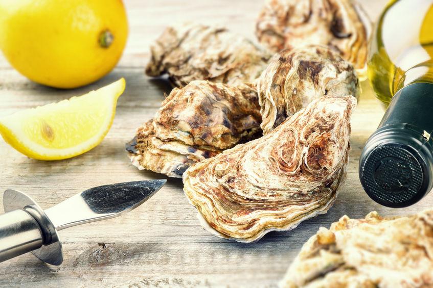 Verse oesters met fles witte wijn