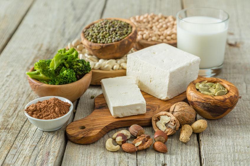 Selectie vegan eiwitbronnen op hout achtergrond