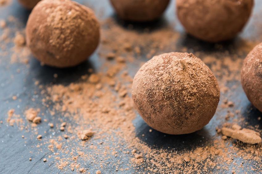 Zelfgemaakte energieballetjes met chocolade