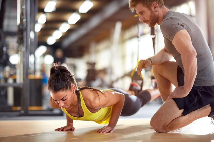 Fitness instructeur met meisje op opleiding