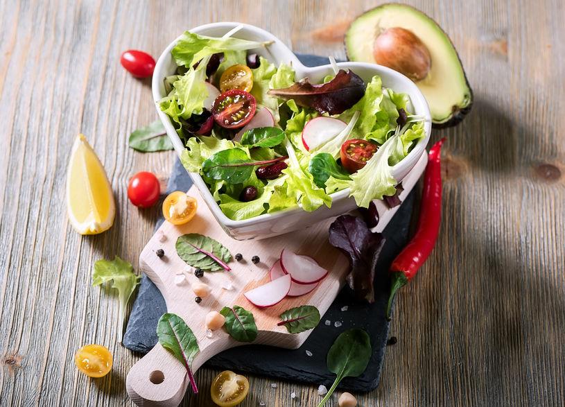 Gezonde groene salade met avocado, mangelbladeren, rode bonen en