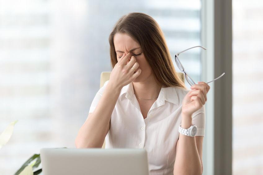Vrouw die ongemak voelt door lang het dragen van een bril