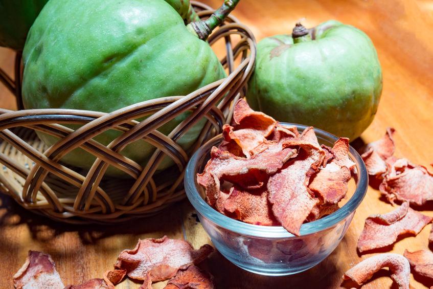 Droge garcinia in glazen kom met groen Garcinia atroviridis fruit