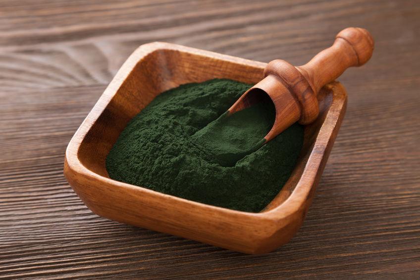 Groene smoothie met spirulina op houten achtergrond