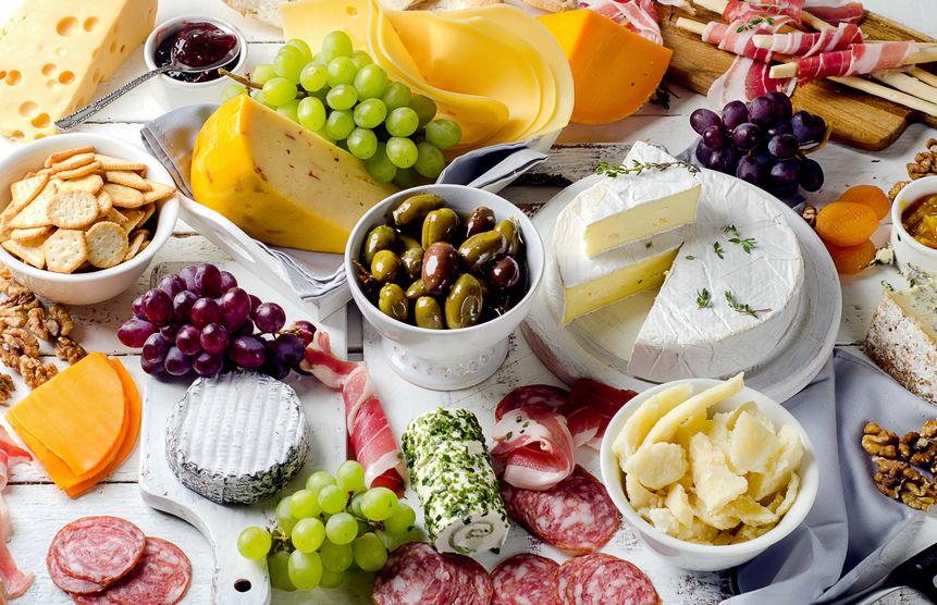 Charcuterie-assortiment, kazen, olijven en fruit