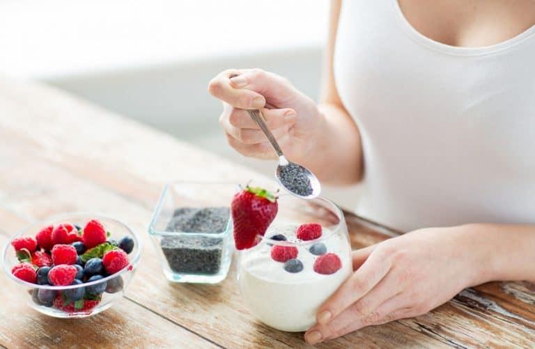 meisje eet een gezonde yoghurt