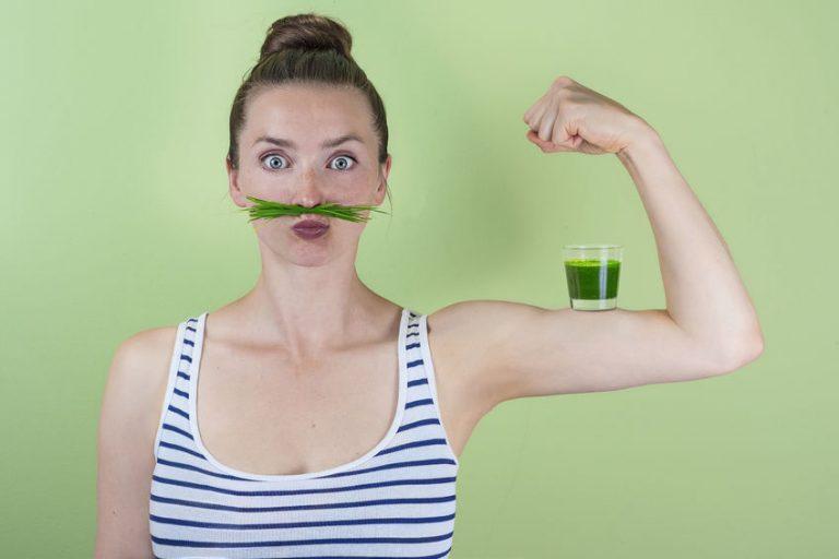 meisje met groen sap