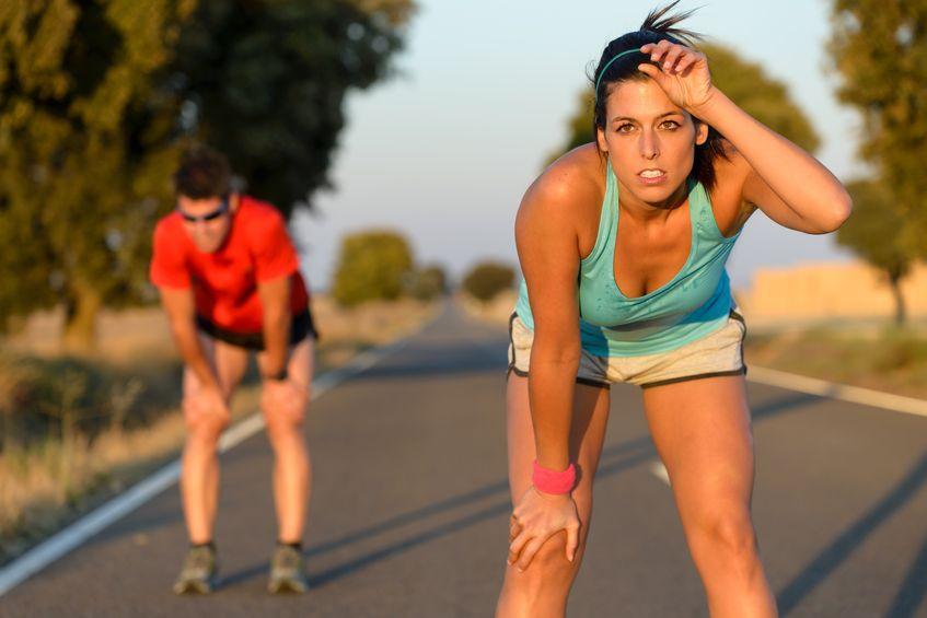 moe fitness paar lopers zweten en rusten tijdens marathon training in landweg zweterige atleten na hardlopen