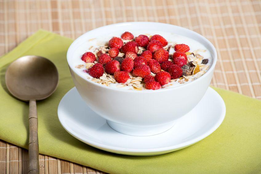 heerlijke en gezonde granola of muesli, met veel droog fruit, noten, bessen en granen
