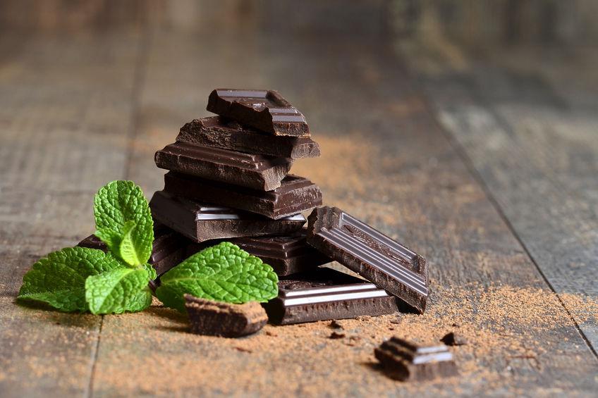Stapel chocolade plakjes met muntblad.