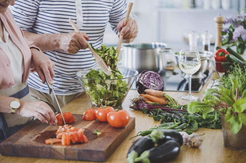 Senior mensen bereiden van gezond diner