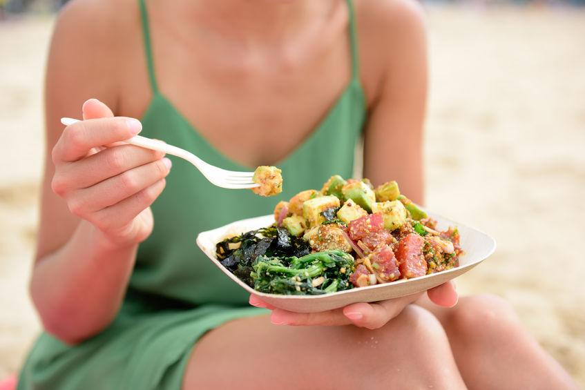 poke bowl salade bord. een traditioneel lokaal gerecht in Hawaï met rauwe gemarineerde