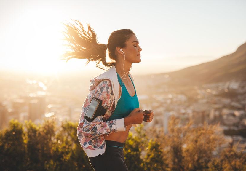 Mooie jonge vrouw uit voor een run