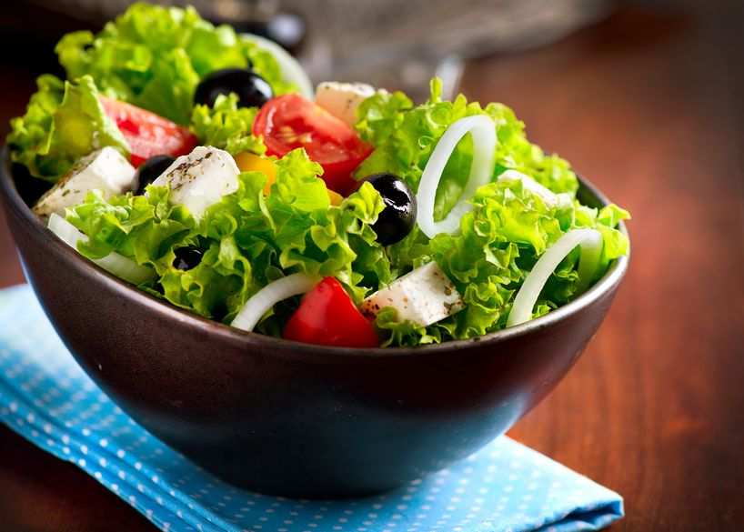 mediterrane salade met fetakaas, tomaten en olijven