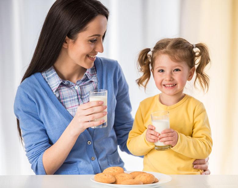 moeder en dochter met melk
