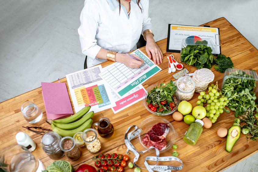 chef-kok koken met groenten