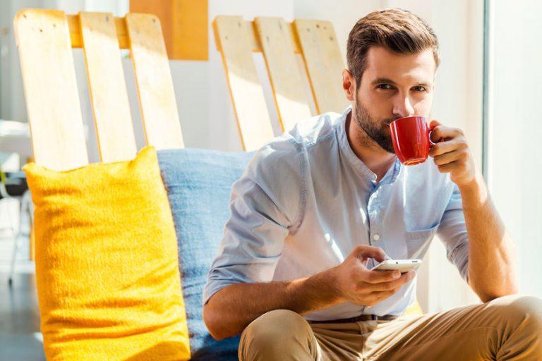 jongen koffie drinken