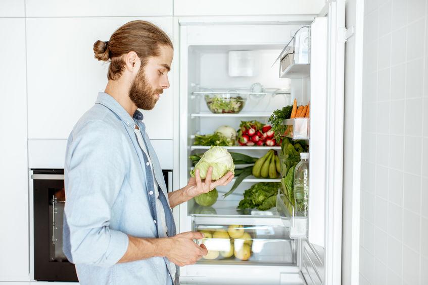 man eten uit de koelkast