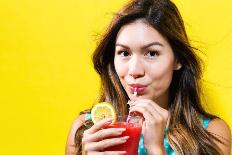 meisje natuurlijke drankje drinken