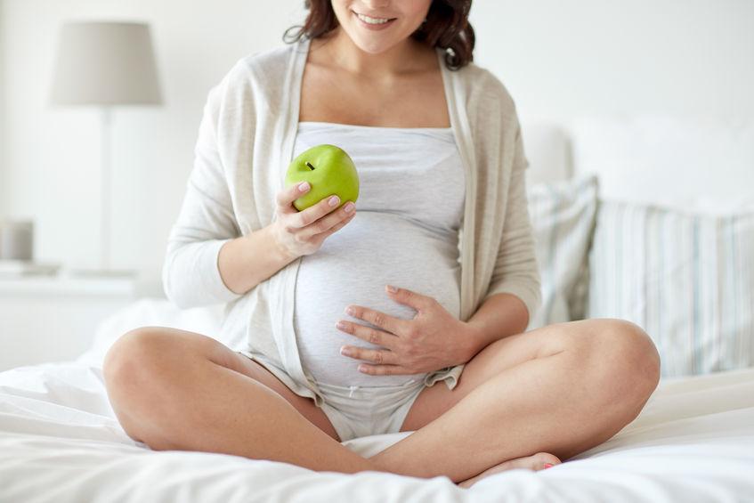 zwangere vrouw die fruit eet