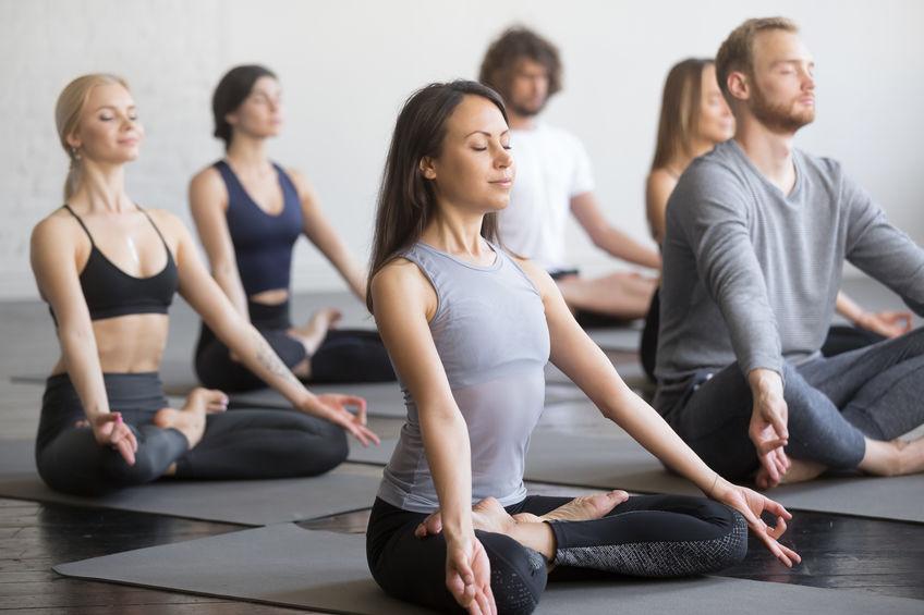 groep mensen mediteren