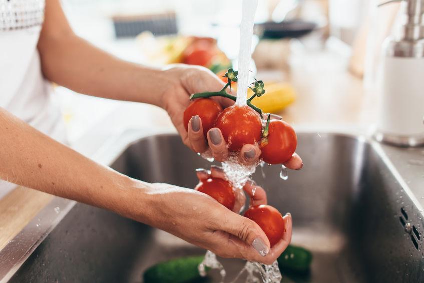 meisje groenten wassen
