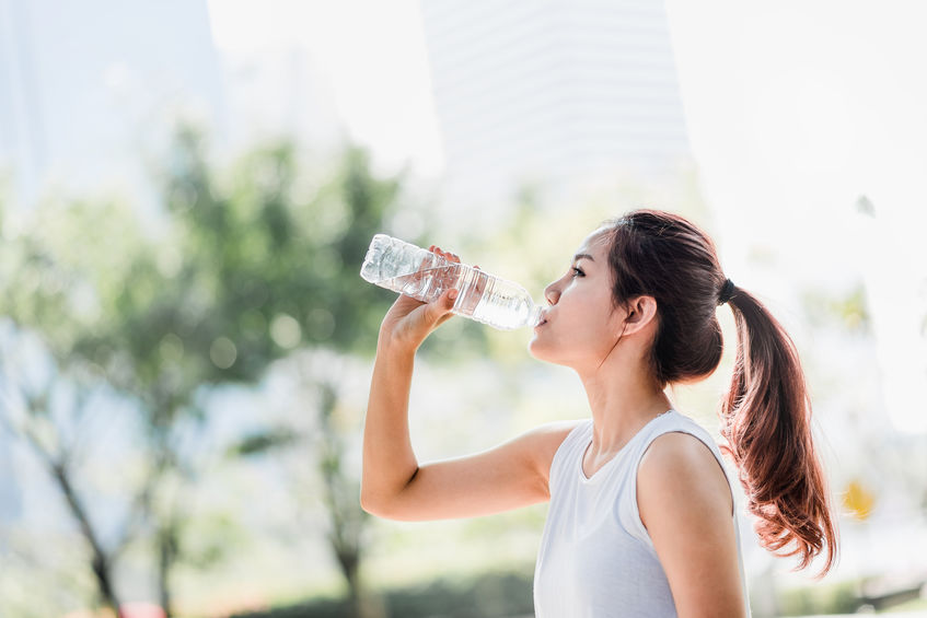 meisje drinkwater