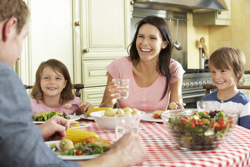 familie aan tafel eten