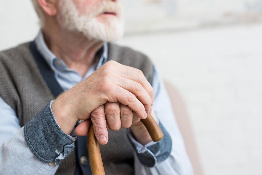 oudere volwassene met stok