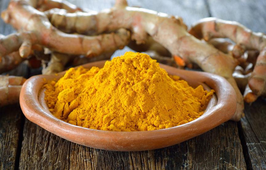 kurkumapoeder met wortels