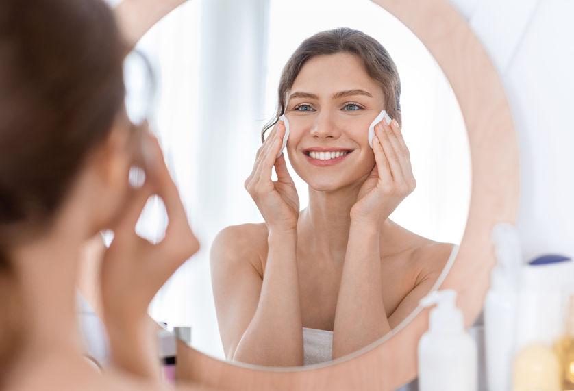 Vrouw maakt huid schoon om kraaienpootjes te voorkomen