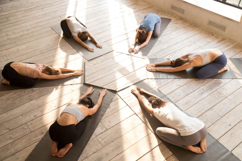 vrouwen die yoga beoefenen