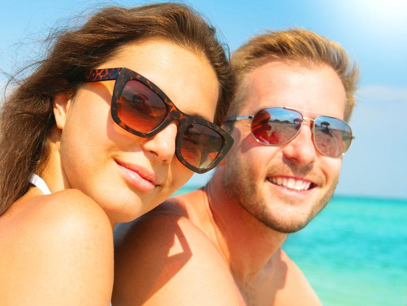 Stel met zonnebrillen op om tegen kraaienpootjes te beschermen